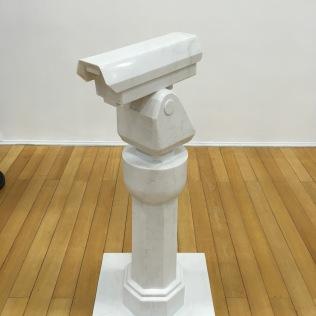 Ai Weiwei: RAIZ. CAMERA DE VIGILANCIA SOBRE PEDESTAL (2015)